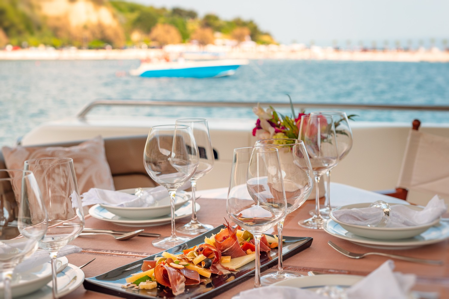 Ferretti730_Marino_table setting